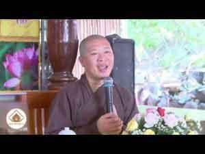 Thầy Thích Thiện Thuận nói chuyện với bà con buôn làng Huyên Lắk